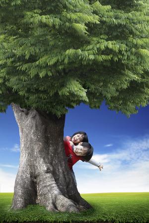木の陰にアジアの子供たち
