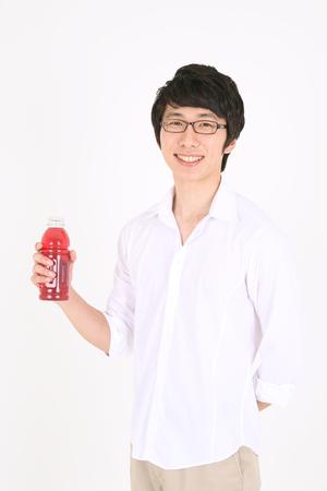 젊은 아시아 사람 주스 병을 들고 스톡 콘텐츠