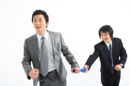 Twee Aziatische zakenlieden zetten poseren in de studio - geïsoleerd op wit Stockfoto
