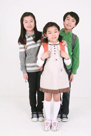 미소 - 흰색으로 격리 된 서 아시아 아이들 에디토리얼
