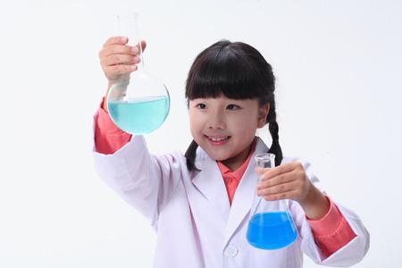Kinderen in een wetenschapsklasse - geïsoleerd op wit Stockfoto