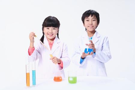 Kinderen in een wetenschapsklasse - geïsoleerd op wit