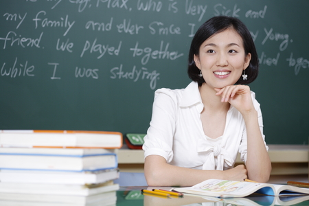 Ein Lehrer posiert in einem High School Klassenzimmer Standard-Bild
