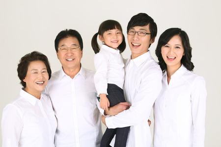 Drie generaties van de familie in een studio - geïsoleerd op wit