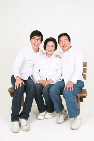 Famille asiatique de trois générations habillée avec désinvolture - isolé sur blanc