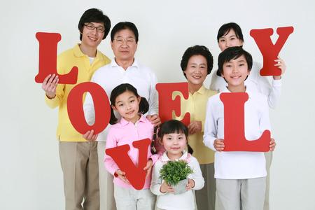 Eine asiatische große Familie gekleidet beiläufig - isoliert auf weiß Standard-Bild - 80504479