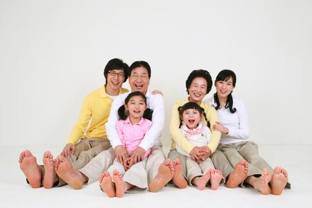 Eine asiatische große Familie gekleidet beiläufig - isoliert auf weiß Standard-Bild - 80501794