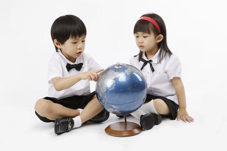 Niños asiáticos con concepto de educación aislados en tiro del estudio Foto de archivo - 80625473