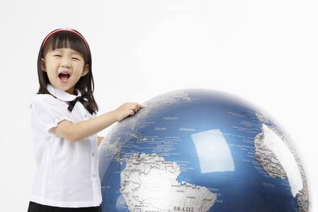 교육 개념 - 절연 스튜디오 총에 아시아 어린이