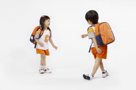 Aziatische kinderen met opleiding concept-Geïsoleerd op studio shot