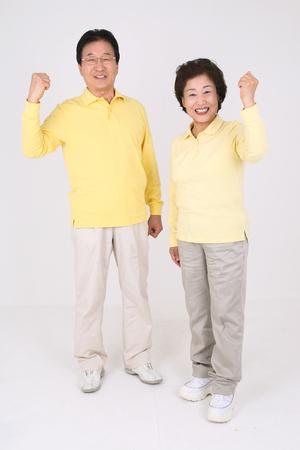 Oud Aziatisch paar is gelukkig dagelijks leven - geïsoleerd op wit Stockfoto
