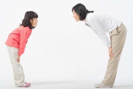 Aziatische moeder en kind - geïsoleerd op wit Stockfoto