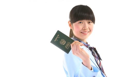 Aziatische vluchtbediende met Koreaans paspoort - geïsoleerd op wit