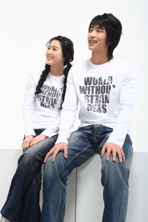 spolužák: Mladý asijský student pár ve studiu - izolovaných na bílém Reklamní fotografie