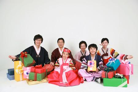 Familia coreana con ropa tradicional - aislada en blanco Foto de archivo - 81314430