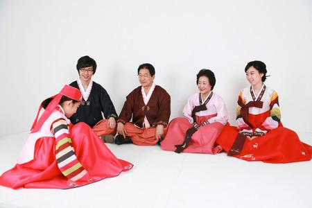 Familia coreana con ropa tradicional - aislada en blanco Foto de archivo - 81314474