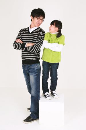 Aziatische vader en dochter spelen spellen - geïsoleerd op wit