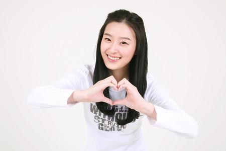 젊은 아시아 여성 학생 스튜디오에서 격리 된 흰색 포즈