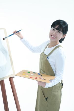 Asiatische Frau mit Schwerpunkt Kunst - isoliert auf weiß Standard-Bild - 81341815