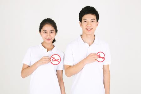 Geen roken concept - Jonge Aziatische paar poseren zonder rook teken
