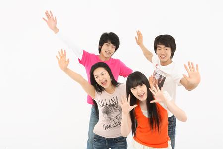 Mladí studenti ve studiu - izolovaných na bílém