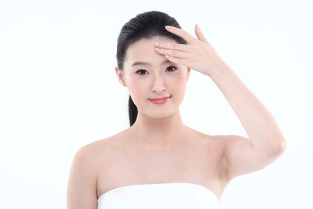 아름다움 개념 - 화이트 절연 신선한 피부와 젊은 아시아 여자 스톡 콘텐츠