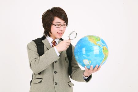 흰색 격리 된 스튜디오에서 서 아시아 소년 학생. 스톡 콘텐츠