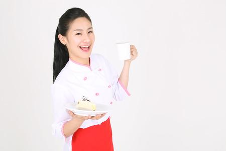 Jonge Aziatische vrouwelijke chef-kok in een studio - geïsoleerd op wit