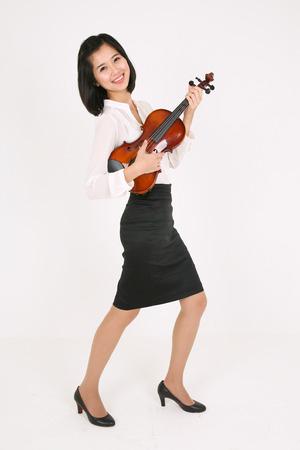 violinista: Una violinista sosteniendo un violín como una guitarra en movimiento