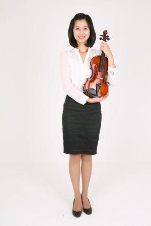 violinista: Una violinista femenina sosteniendo un violín en brazos