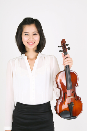 violinista: A female violinist holding a violin and a bow