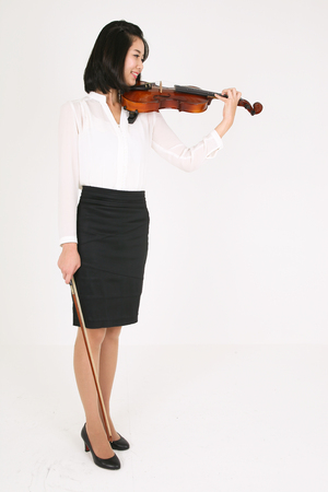instrumentalist: A female violinist playing the violin Stock Photo