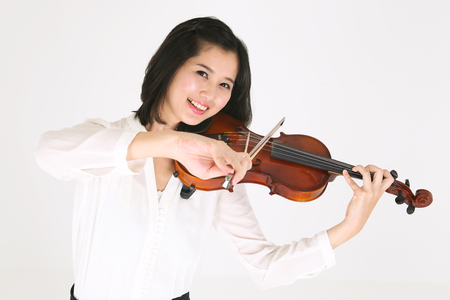violinista: Close up shot of a female violinist playing the violin