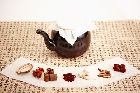 Close up shot of ingredients of Korean traditional medicine and a pot Stockfoto