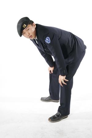 Un soldado de sexo masculino que dobla rodillas con las manos en rodillas Foto de archivo - 83228288