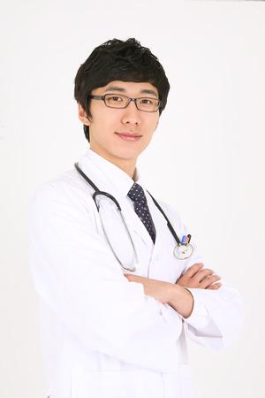 ortopedia: Un médico masculino cruzar los brazos con un estetoscopio colocado alrededor del cuello