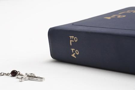 ロザリオ クロス聖書の横に置いた分離ショット
