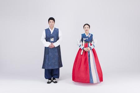 젊은 아시아 커플 한 복, 한국의 전통 옷, 스튜디오 - 화이트 절연 포즈