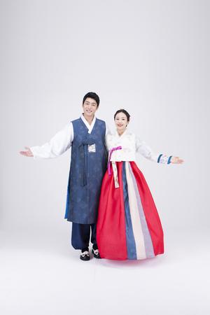 若いアジア カップル韓服、白で隔離 - スタジオでポーズをとって、韓国の伝統的な服 写真素材