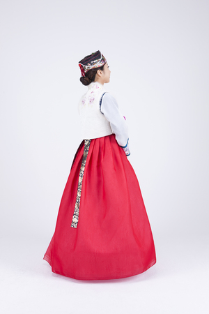 한복, 한국 전통 의상에서 젊은 아시아 여자, 스튜디오 - 화이트 고립에서 포즈