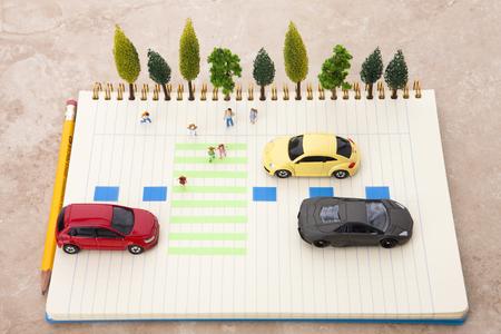 Creativo vita di vita - Bambini che attraversano la crosswalk e auto alle vittime di stop