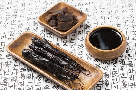 蜂蜜マリネ赤人参、蜂蜜赤朝鮮人参スライスと韓国の古代紙の上の紅参エキス 写真素材