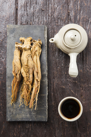 Dried red ginseng on Korean traditional roof tile and red ginseng tea Stock fotó