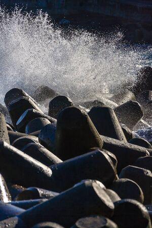 Golven breken bij waterbreaks en genereren wit schuim