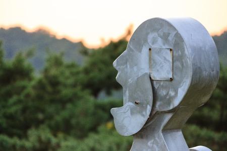 Figuratieve stalen sculptuur van een gezicht