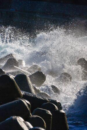 Golven breken bij waterbreaks als het genereren van wit schuim