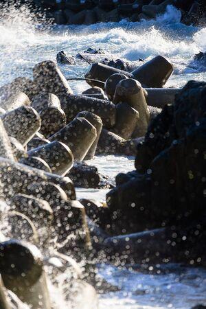 Golven die breken bij de waterbreken die wit schuim genereren Stockfoto