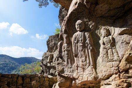 Sclupture gravure standbeelden van Boeddha en goddes van genade