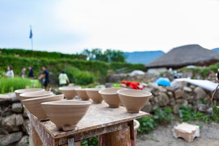 한국 민속촌 - 도자기 그릇은 라미네이팅 후 공기 건조됩니다. 스톡 콘텐츠