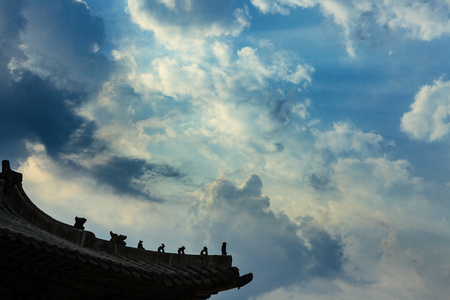 Tiled roof and blue sky Imagens